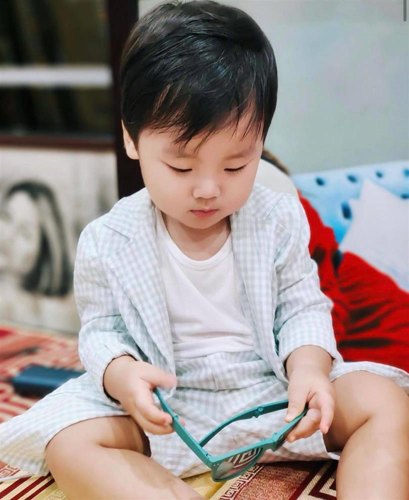 Nghỉ dịch ở nhà, Hoà Minzy lên đồ cho con trai như tổng tài nhưng chỉ để đi làm một việc-4