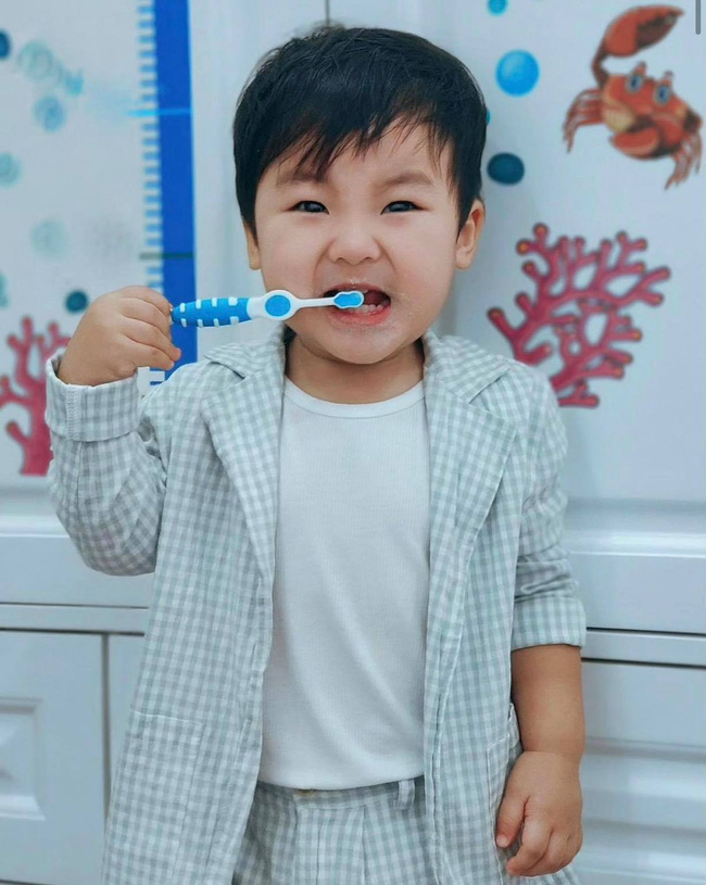 Nghỉ dịch ở nhà, Hoà Minzy lên đồ cho con trai như tổng tài nhưng chỉ để đi làm một việc-5