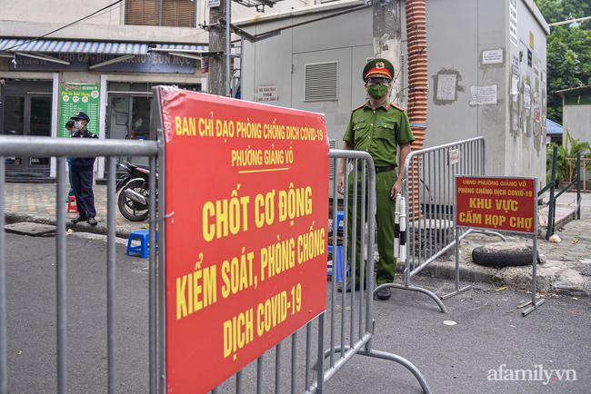 Hà Nội triển khai các chốt cơ động tuần tra, kiểm soát phòng chống dịch, nhắc nhở người dân vi phạm giãn cách-2