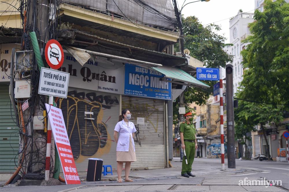 Hà Nội triển khai các chốt cơ động tuần tra, kiểm soát phòng chống dịch, nhắc nhở người dân vi phạm giãn cách-11