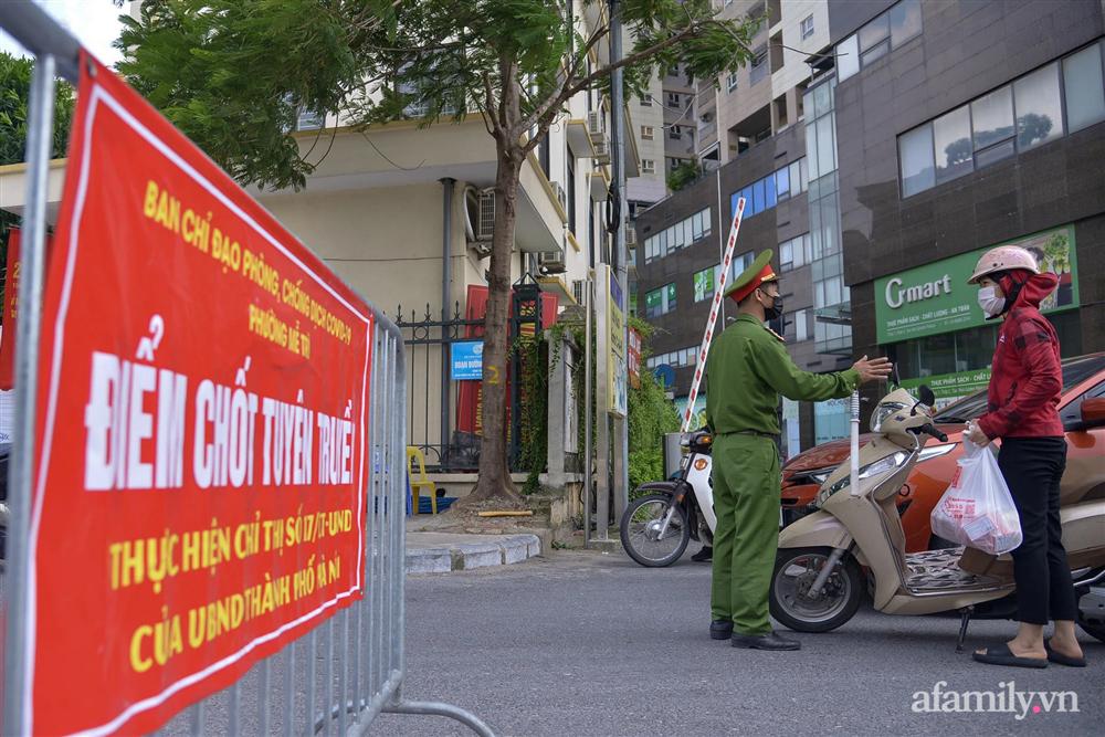 Hà Nội triển khai các chốt cơ động tuần tra, kiểm soát phòng chống dịch, nhắc nhở người dân vi phạm giãn cách-13