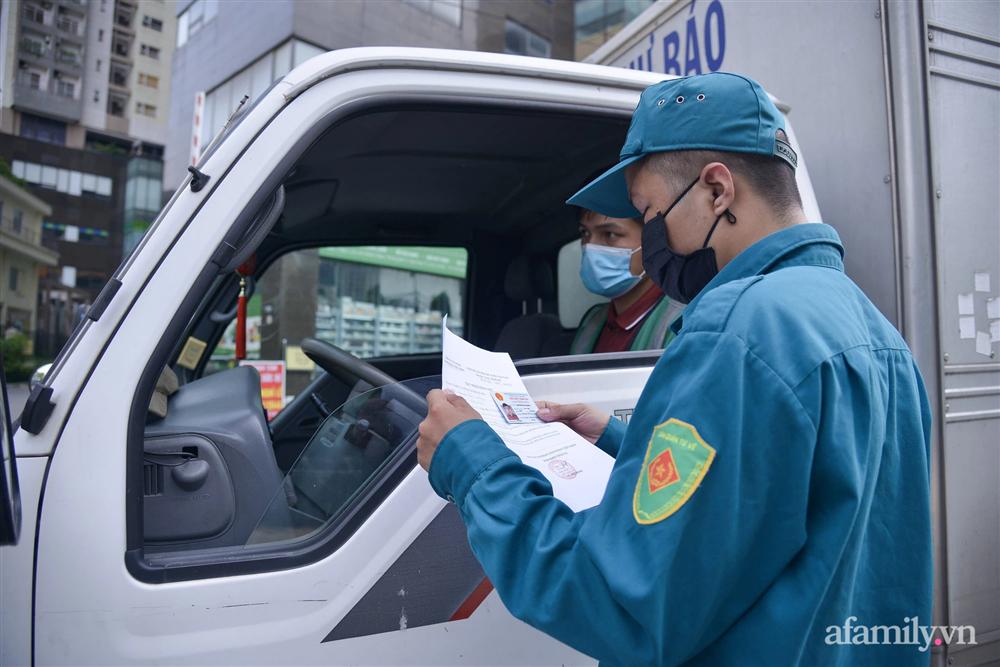 Hà Nội triển khai các chốt cơ động tuần tra, kiểm soát phòng chống dịch, nhắc nhở người dân vi phạm giãn cách-5