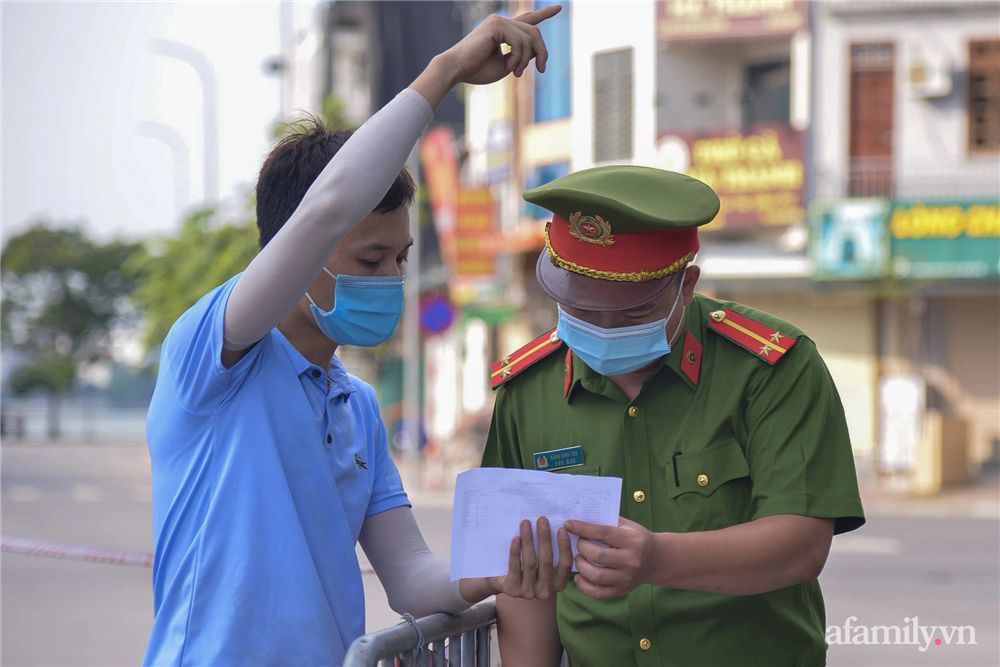 Hà Nội triển khai các chốt cơ động tuần tra, kiểm soát phòng chống dịch, nhắc nhở người dân vi phạm giãn cách-9