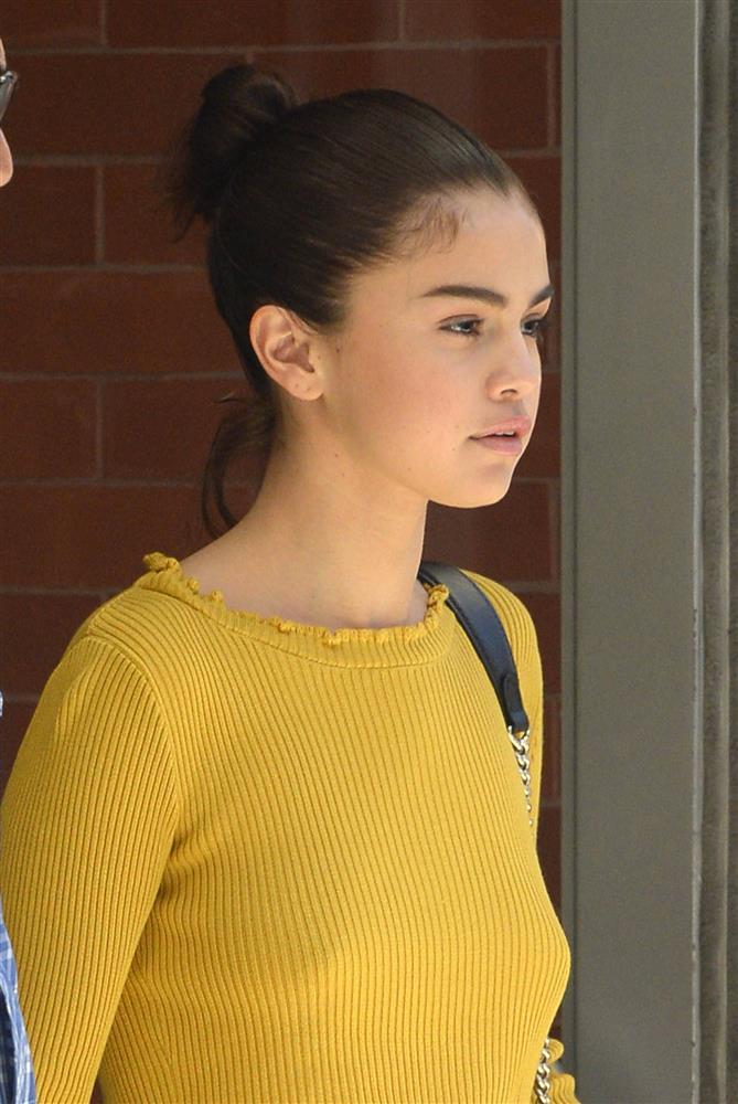 Selena Gomez có nhiều khoảnh khắc chạm đỉnh visual nhờ 4 cách buộc tóc xinh tươi, lãng mạn-1