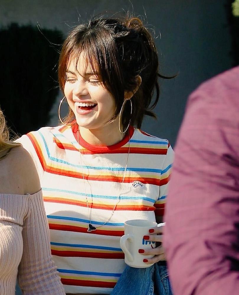 Selena Gomez có nhiều khoảnh khắc chạm đỉnh visual nhờ 4 cách buộc tóc xinh tươi, lãng mạn-5