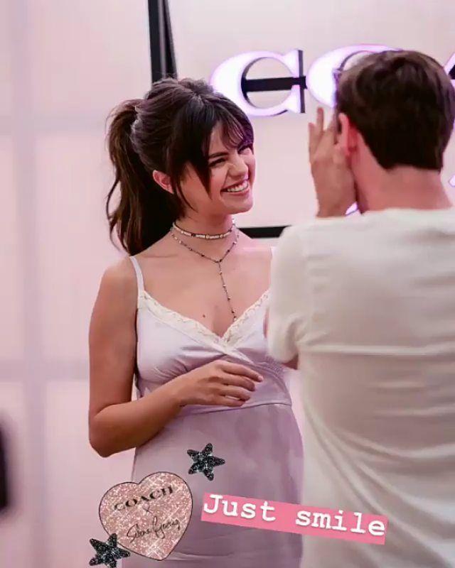 Selena Gomez có nhiều khoảnh khắc chạm đỉnh visual nhờ 4 cách buộc tóc xinh tươi, lãng mạn-8