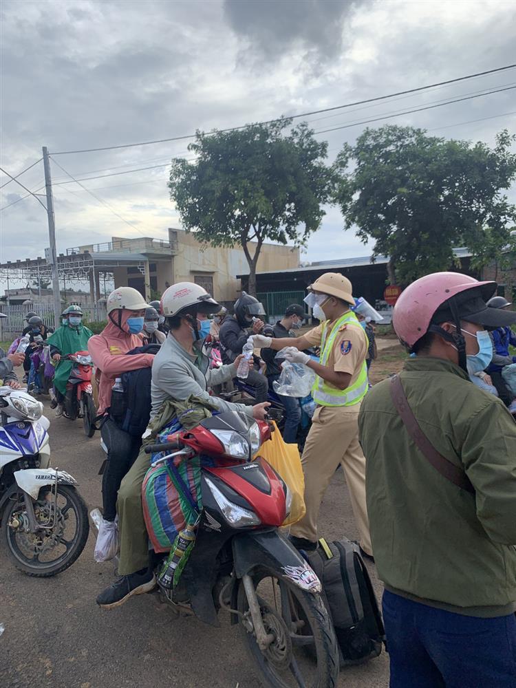 CSGT chung sức hộ tống đưa hàng chục ngàn công nhân từ TP.HCM và các tỉnh lân cận về quê-5