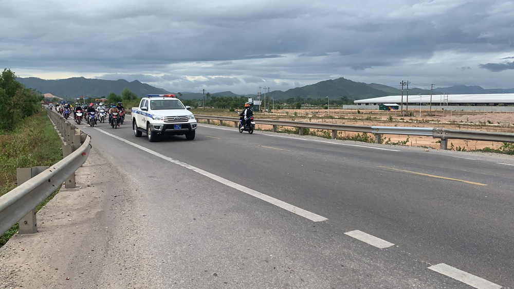 CSGT chung sức hộ tống đưa hàng chục ngàn công nhân từ TP.HCM và các tỉnh lân cận về quê-6