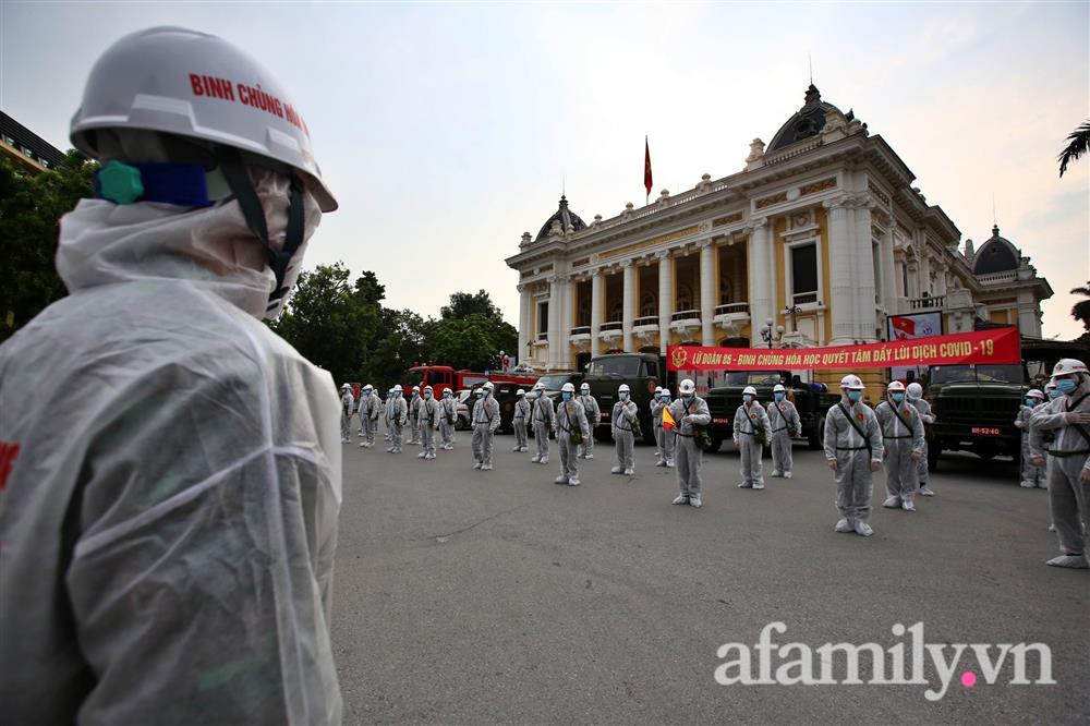 CẬN CẢNH: Bộ Tư lệnh Thủ đô, Binh chủng hóa học huy động xe đặc chủng phun khử khuẩn diện rộng tại Hà Nội-1