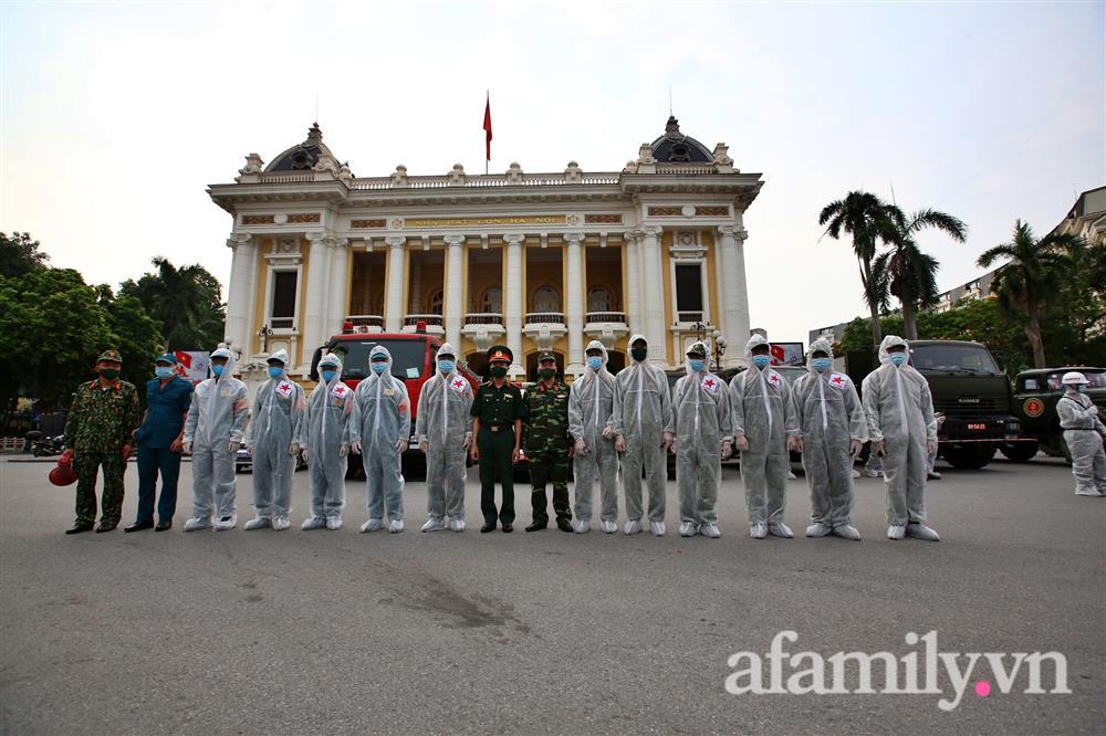 CẬN CẢNH: Bộ Tư lệnh Thủ đô, Binh chủng hóa học huy động xe đặc chủng phun khử khuẩn diện rộng tại Hà Nội-2