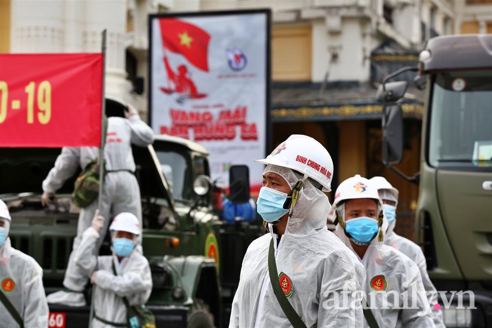 CẬN CẢNH: Bộ Tư lệnh Thủ đô, Binh chủng hóa học huy động xe đặc chủng phun khử khuẩn diện rộng tại Hà Nội-3