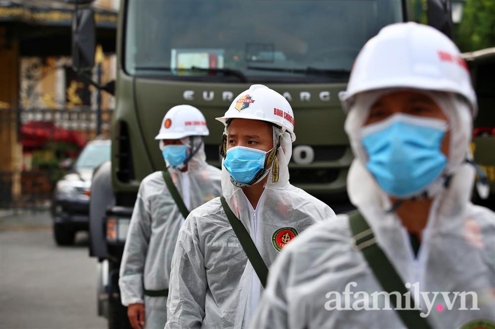 CẬN CẢNH: Bộ Tư lệnh Thủ đô, Binh chủng hóa học huy động xe đặc chủng phun khử khuẩn diện rộng tại Hà Nội-4