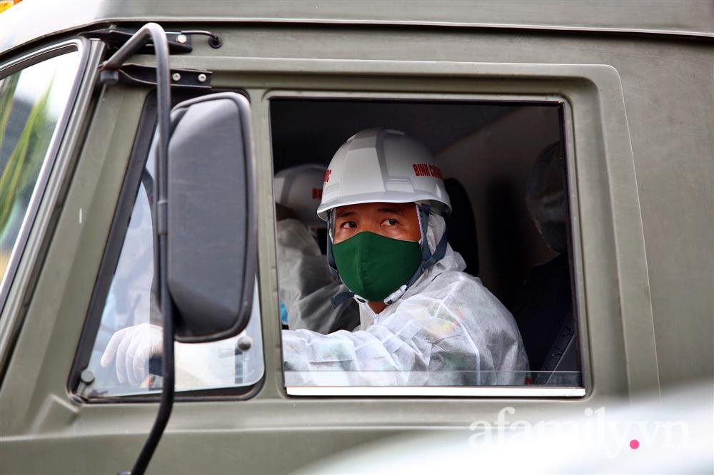 CẬN CẢNH: Bộ Tư lệnh Thủ đô, Binh chủng hóa học huy động xe đặc chủng phun khử khuẩn diện rộng tại Hà Nội-5