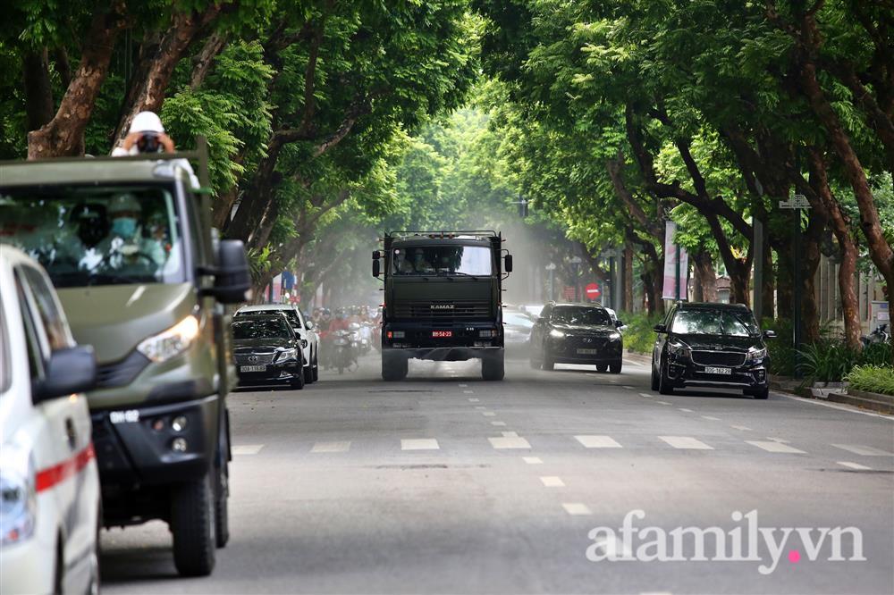 CẬN CẢNH: Bộ Tư lệnh Thủ đô, Binh chủng hóa học huy động xe đặc chủng phun khử khuẩn diện rộng tại Hà Nội-6