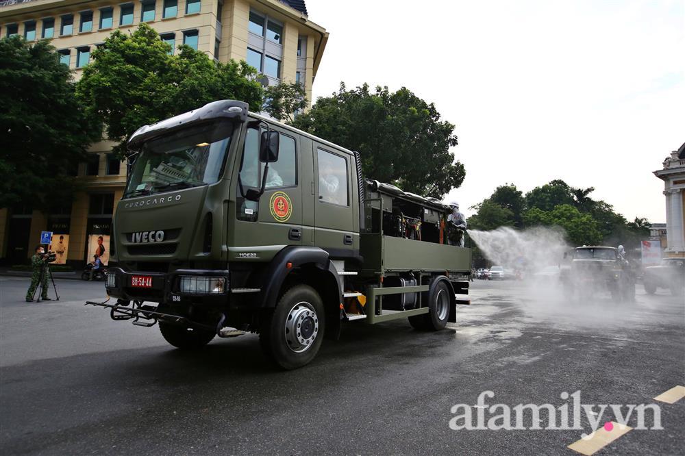 CẬN CẢNH: Bộ Tư lệnh Thủ đô, Binh chủng hóa học huy động xe đặc chủng phun khử khuẩn diện rộng tại Hà Nội-7