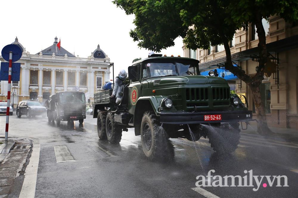 CẬN CẢNH: Bộ Tư lệnh Thủ đô, Binh chủng hóa học huy động xe đặc chủng phun khử khuẩn diện rộng tại Hà Nội-10
