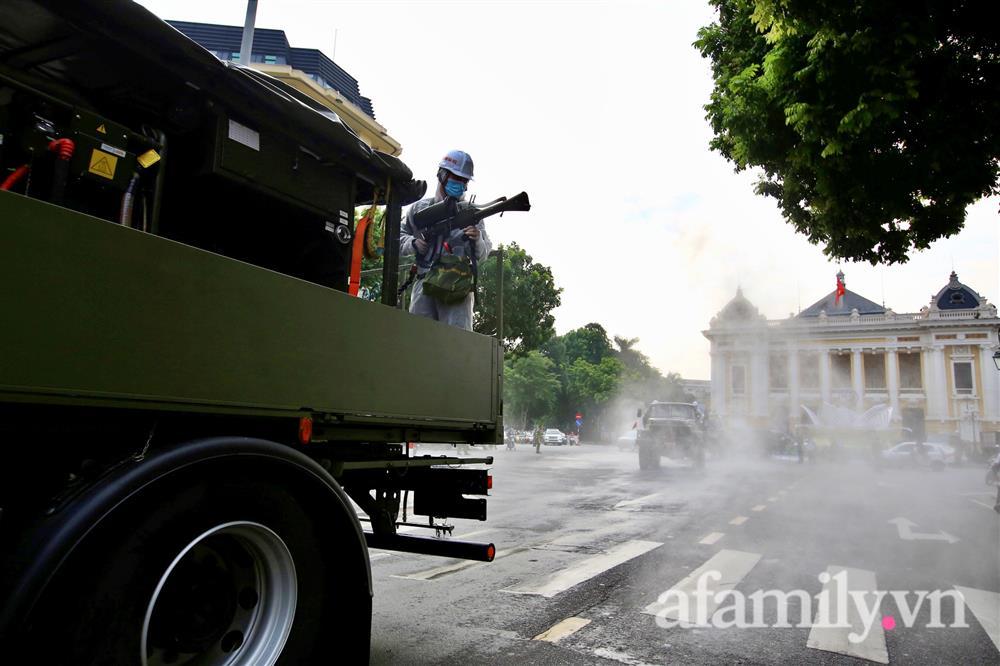 CẬN CẢNH: Bộ Tư lệnh Thủ đô, Binh chủng hóa học huy động xe đặc chủng phun khử khuẩn diện rộng tại Hà Nội-11