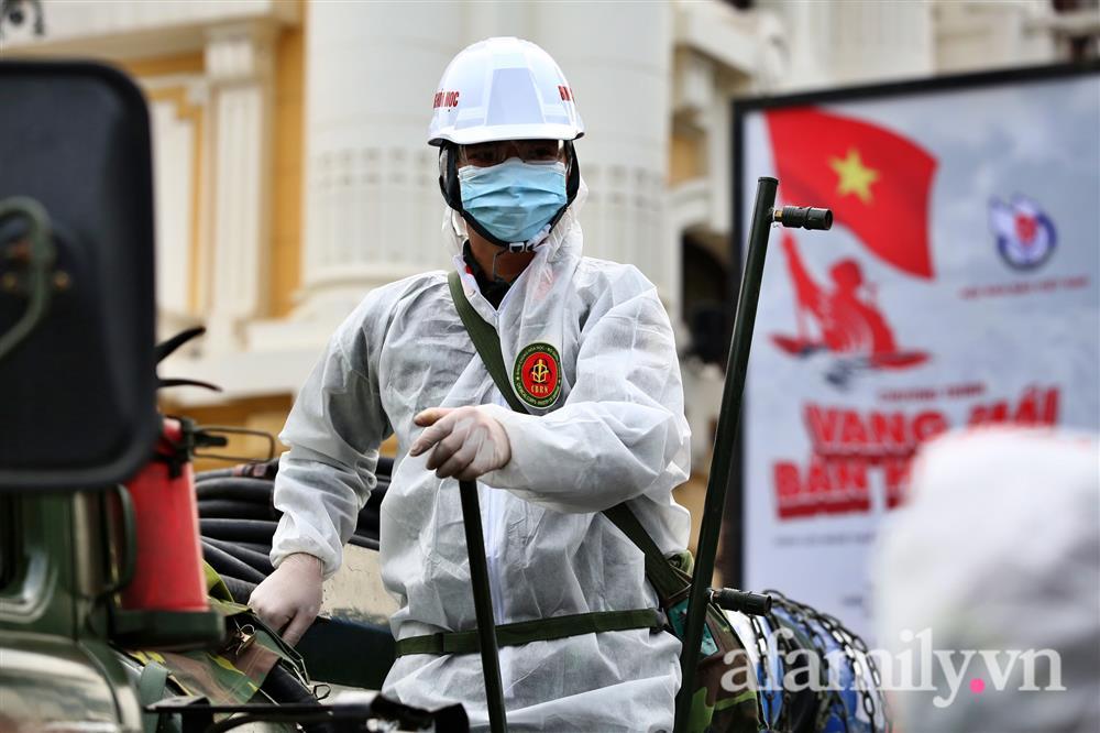 CẬN CẢNH: Bộ Tư lệnh Thủ đô, Binh chủng hóa học huy động xe đặc chủng phun khử khuẩn diện rộng tại Hà Nội-12