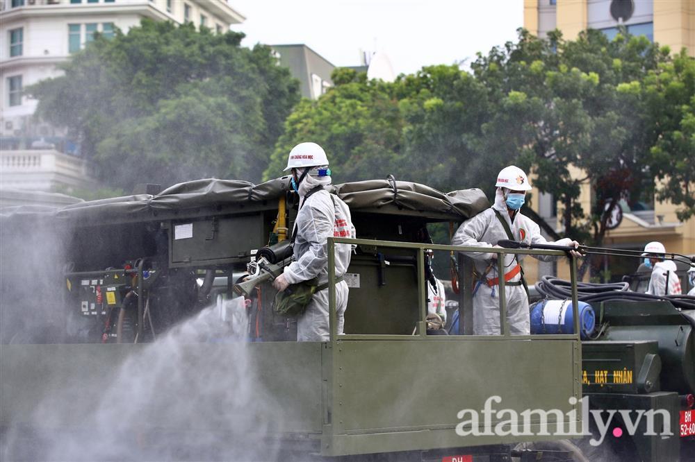 CẬN CẢNH: Bộ Tư lệnh Thủ đô, Binh chủng hóa học huy động xe đặc chủng phun khử khuẩn diện rộng tại Hà Nội-13
