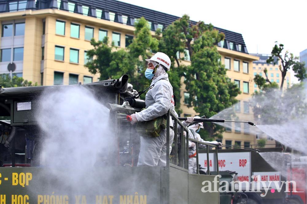 CẬN CẢNH: Bộ Tư lệnh Thủ đô, Binh chủng hóa học huy động xe đặc chủng phun khử khuẩn diện rộng tại Hà Nội-14