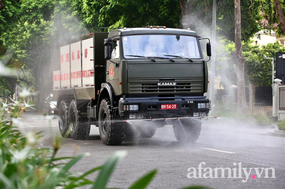 CẬN CẢNH: Bộ Tư lệnh Thủ đô, Binh chủng hóa học huy động xe đặc chủng phun khử khuẩn diện rộng tại Hà Nội-8