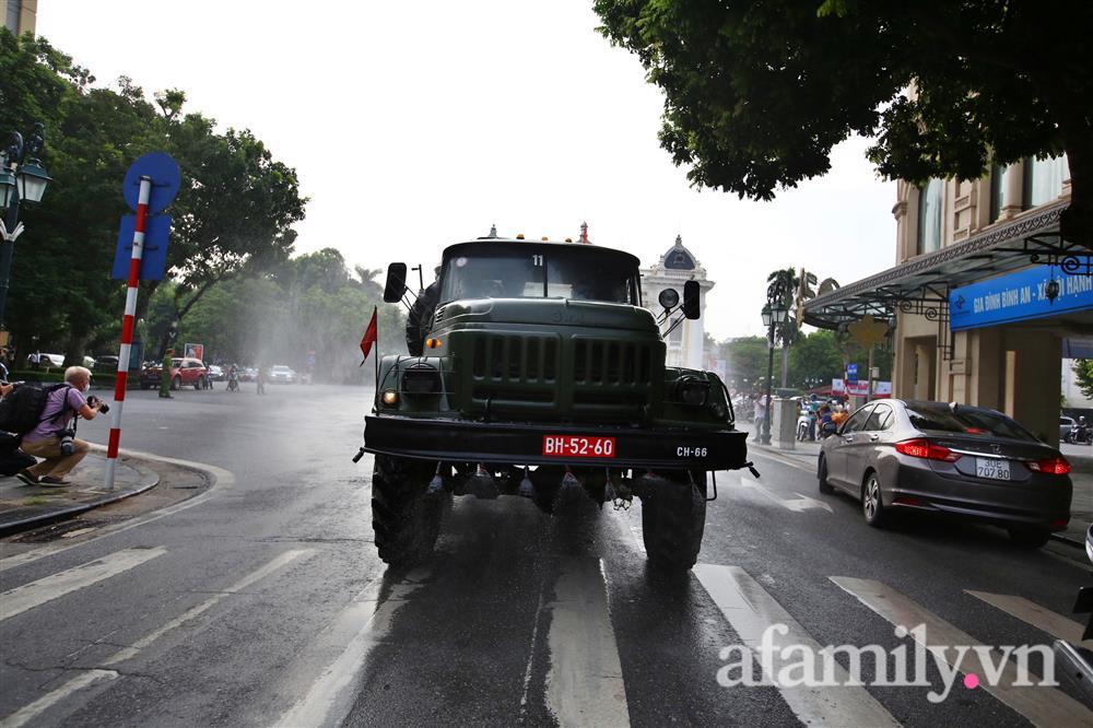 CẬN CẢNH: Bộ Tư lệnh Thủ đô, Binh chủng hóa học huy động xe đặc chủng phun khử khuẩn diện rộng tại Hà Nội-9