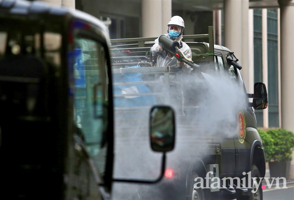 CẬN CẢNH: Bộ Tư lệnh Thủ đô, Binh chủng hóa học huy động xe đặc chủng phun khử khuẩn diện rộng tại Hà Nội-15