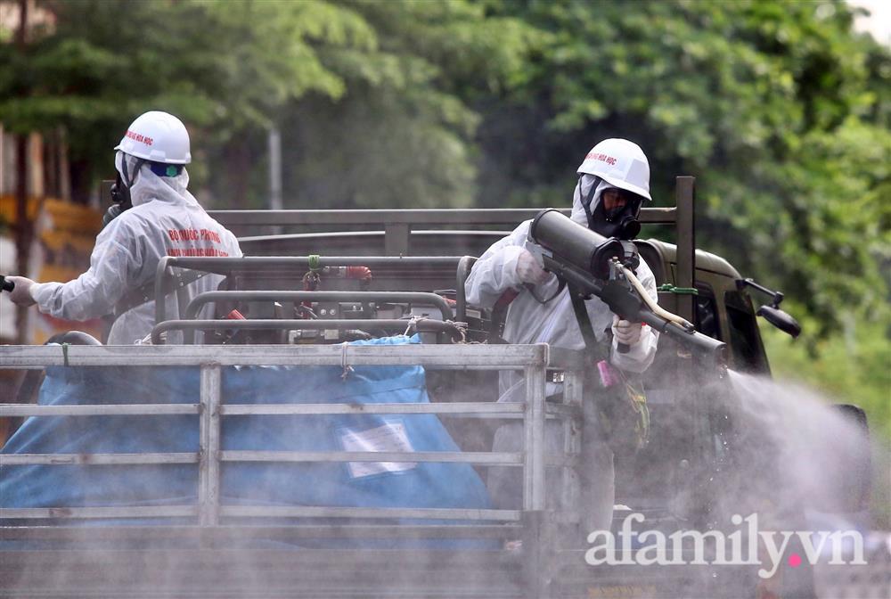 CẬN CẢNH: Bộ Tư lệnh Thủ đô, Binh chủng hóa học huy động xe đặc chủng phun khử khuẩn diện rộng tại Hà Nội-16