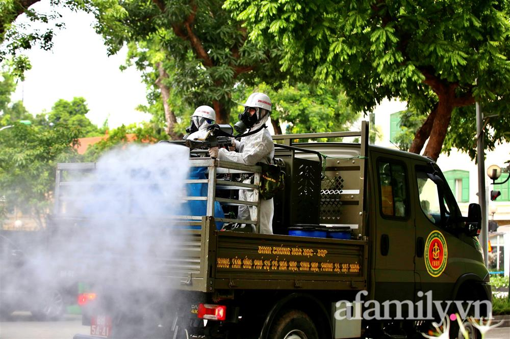 CẬN CẢNH: Bộ Tư lệnh Thủ đô, Binh chủng hóa học huy động xe đặc chủng phun khử khuẩn diện rộng tại Hà Nội-17