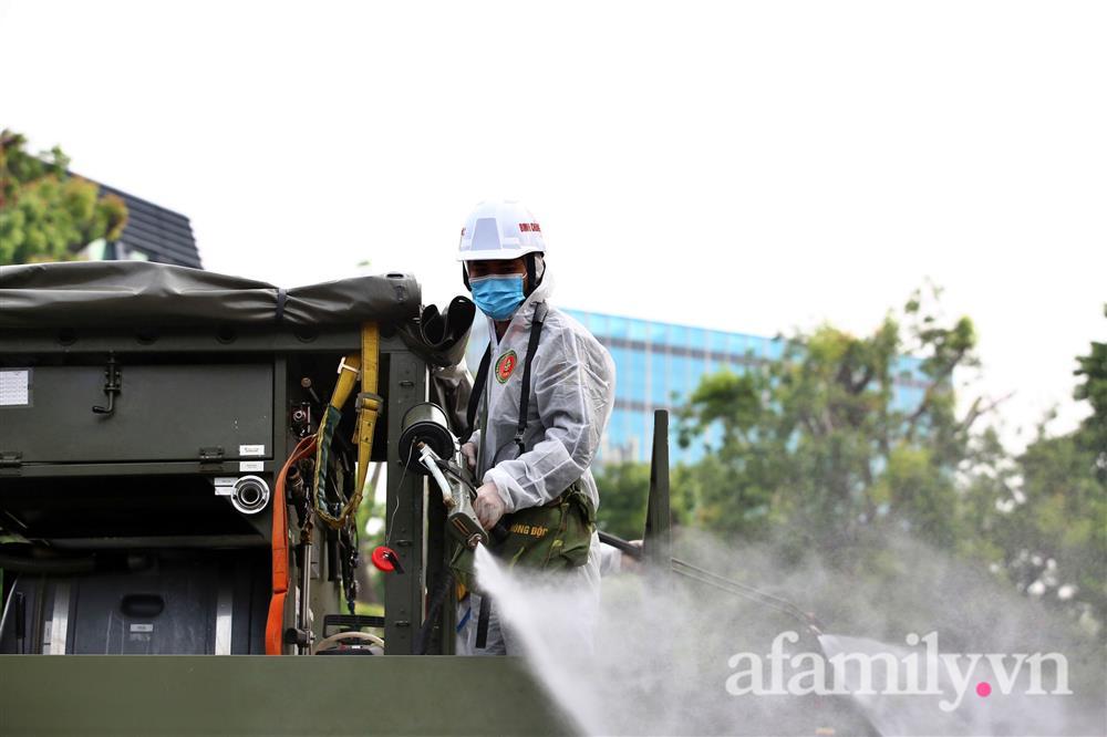 CẬN CẢNH: Bộ Tư lệnh Thủ đô, Binh chủng hóa học huy động xe đặc chủng phun khử khuẩn diện rộng tại Hà Nội-18