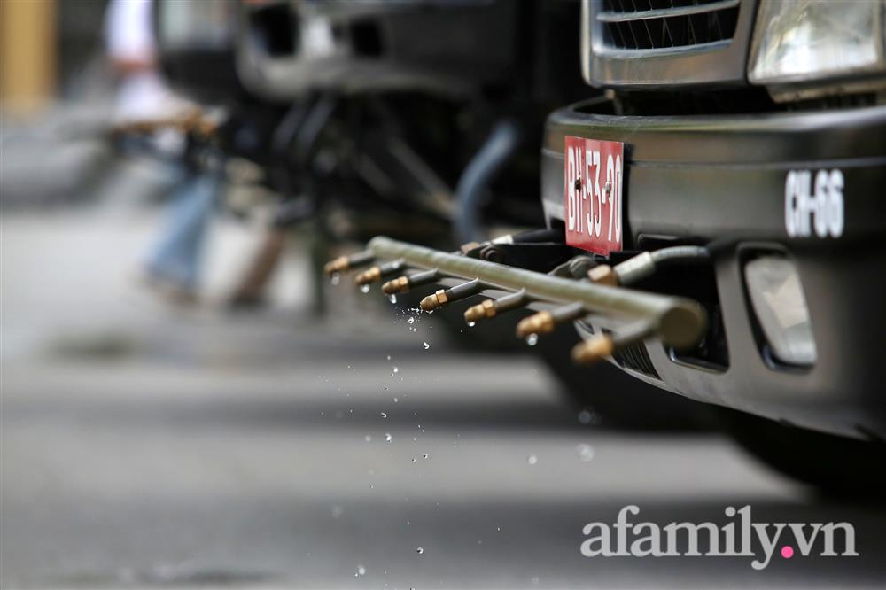 CẬN CẢNH: Bộ Tư lệnh Thủ đô, Binh chủng hóa học huy động xe đặc chủng phun khử khuẩn diện rộng tại Hà Nội-19