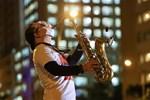 Khi âm nhạc vơi nhẹ nỗi đau: Nghệ sĩ saxophone Trần Mạnh Tuấn biểu diễn tại bệnh viện dã chiến TP.HCM khiến hàng nghìn người xúc động