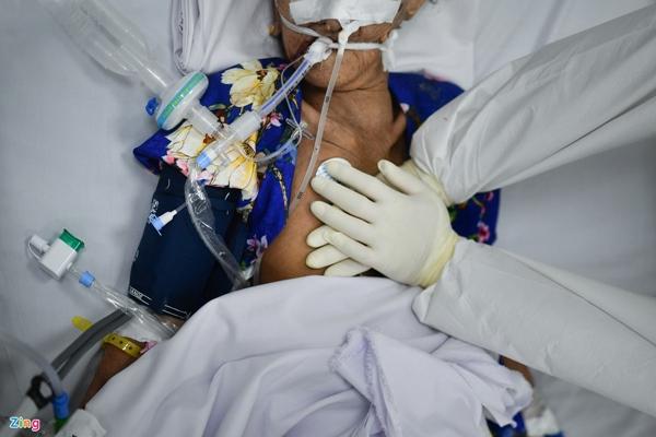 Ranh giới sinh tử ở Bệnh viện Hồi sức Covid-19 TP.HCM-18