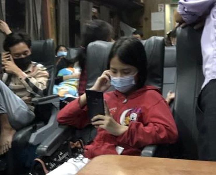 Bé gái 11 tuổi ở nhà trọ 1 mình suốt 24 ngày do mẹ đi cách ly đã được lên tàu về quê Hà Tĩnh-3