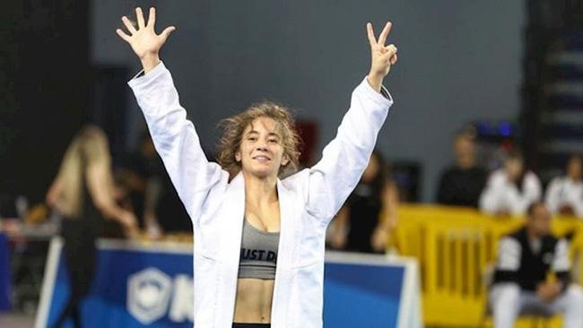 Xôn xao hình ảnh nữ võ sĩ bị đối thủ lột đồ lộ vòng 1 trên sàn đấu Olympic Tokyo 2020, chuyện gì đã xảy ra?-5