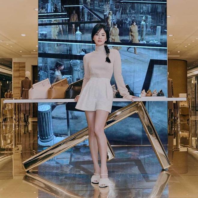 Song Hye Kyo hôm nay trẻ đẹp vô địch, tất cả là nhờ vào combo tóc tết và makeup đạt 100 điểm tròn trĩnh-1