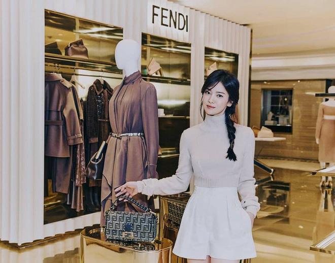 Song Hye Kyo hôm nay trẻ đẹp vô địch, tất cả là nhờ vào combo tóc tết và makeup đạt 100 điểm tròn trĩnh-3