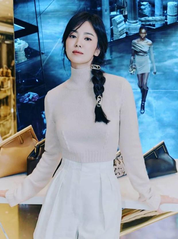 Song Hye Kyo hôm nay trẻ đẹp vô địch, tất cả là nhờ vào combo tóc tết và makeup đạt 100 điểm tròn trĩnh-5