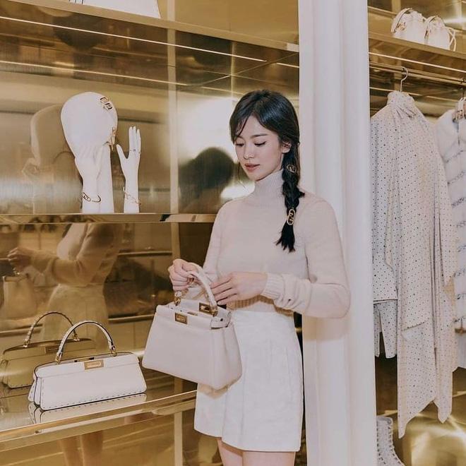 Song Hye Kyo hôm nay trẻ đẹp vô địch, tất cả là nhờ vào combo tóc tết và makeup đạt 100 điểm tròn trĩnh-4