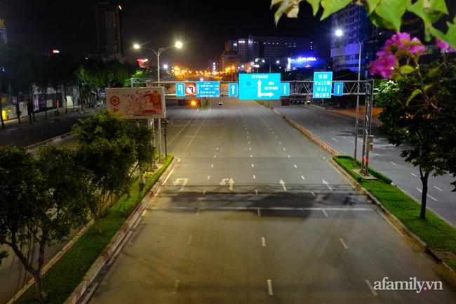 Những ngã tư vắng đến hiu hắt trong ngày đầu Sài Gòn không ra đường sau 18h-1