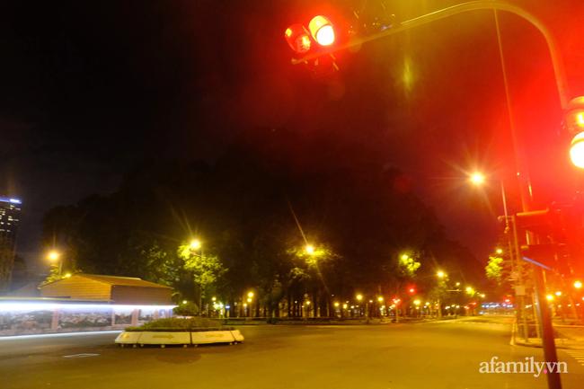 Những ngã tư vắng đến hiu hắt trong ngày đầu Sài Gòn không ra đường sau 18h-2