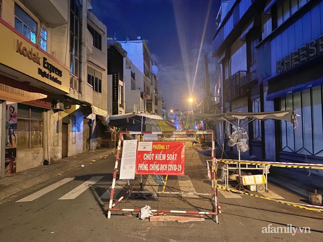 Những ngã tư vắng đến hiu hắt trong ngày đầu Sài Gòn không ra đường sau 18h-4