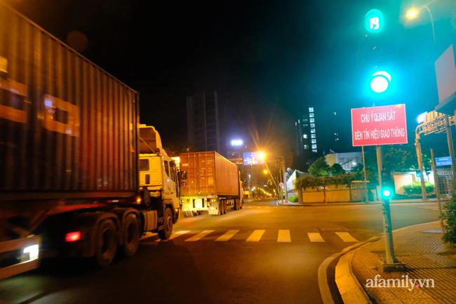 Những ngã tư vắng đến hiu hắt trong ngày đầu Sài Gòn không ra đường sau 18h-5