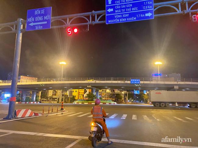 Những ngã tư vắng đến hiu hắt trong ngày đầu Sài Gòn không ra đường sau 18h-8