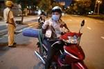 Ông bố chở bình oxy ở Sài Gòn: 'Giờ không có oxy là chết, nên tôi phải đi đổi bình để cứu con'