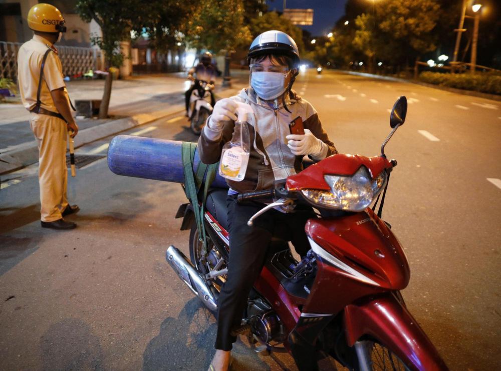 Ông bố chở bình oxy ở Sài Gòn: Giờ không có oxy là chết, nên tôi phải đi đổi bình để cứu con-2