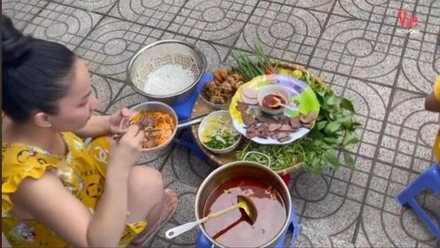 Lê Dương Bảo Lâm bị chỉ trích vì tụ tập đông người ăn bún bò mùa dịch, lời giải thích nghe có hợp lý?-2