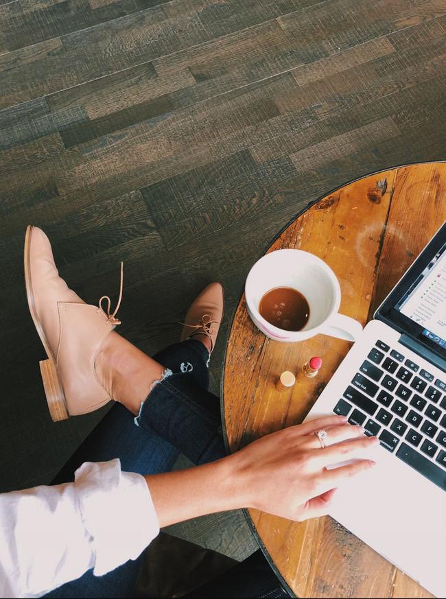 Ở nhà giãn cách: Da sẽ rất nhanh già nếu làm việc với máy tính cả ngày mà không thực hiện những điều sau-1
