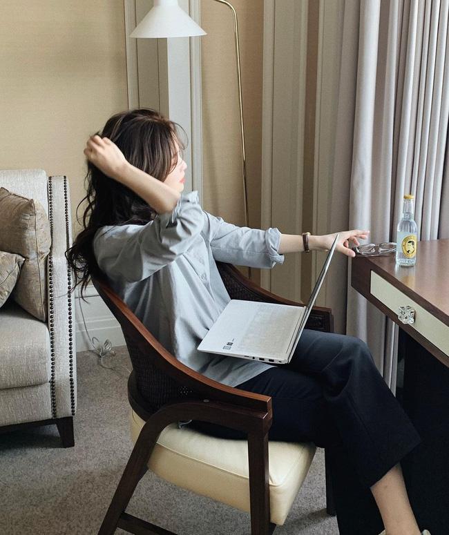 Ở nhà giãn cách: Da sẽ rất nhanh già nếu làm việc với máy tính cả ngày mà không thực hiện những điều sau-3