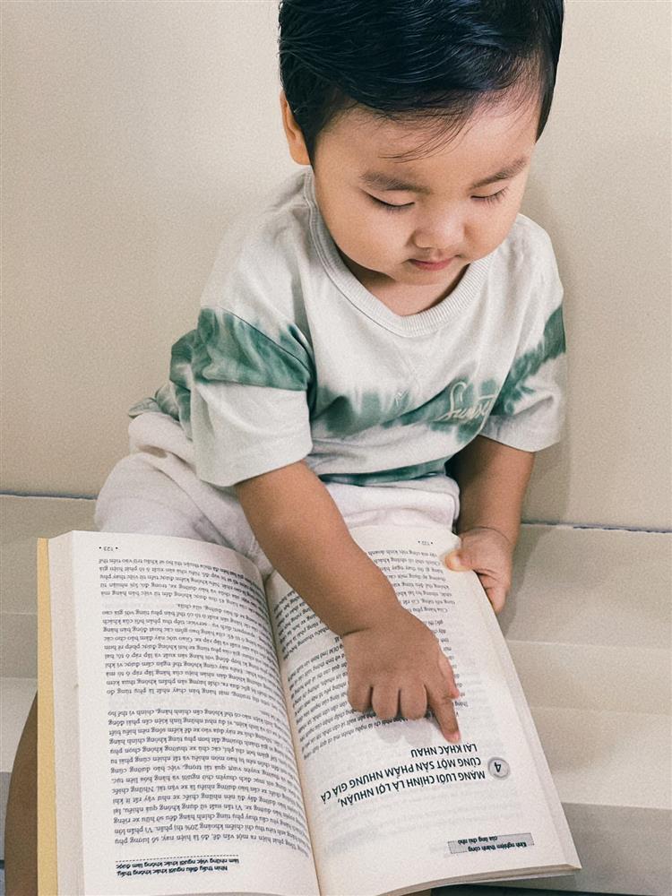 Con trai Hòa Minzy đọc vanh vách tên 30 quốc kỳ các nước nhờ 1 thói quen mẹ rèn hàng ngày-1